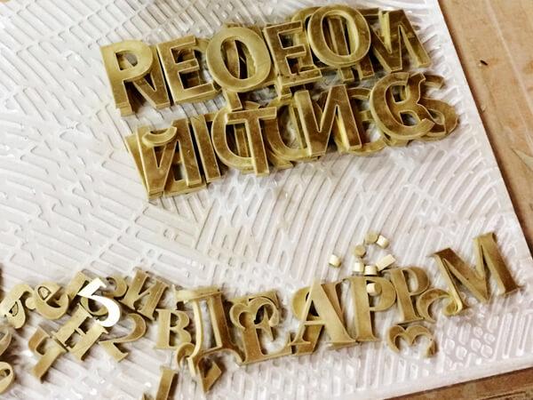 Изготовление букв, логотипов и вывесок из латуни на заказ в СПб